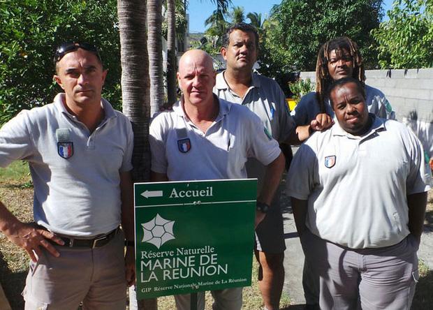 Steeve Ruillet (à gauche) et Christophe Joe (à droite), en compagnie de gardes réunionnais