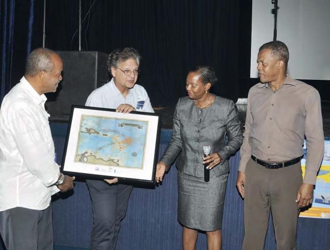 Paul Hoetjes a reçu en cadeau une carte marine montrant les deux sanctuaires, Agoa et Yarari © Jean Vallette