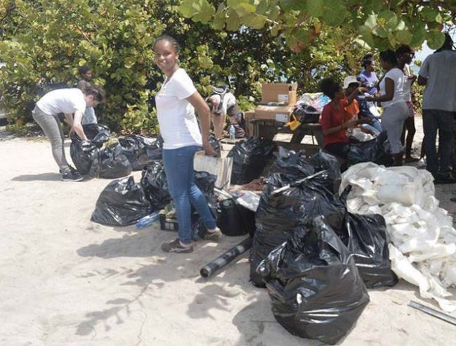 Nettoyage de la plage de Grandes Cayes | Cleaning of the Grandes Cayes beach