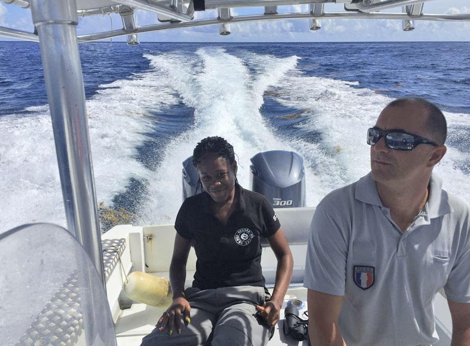 Ashley Daniel en patrouille en mer avec son collègue Steeve Ruillet   Ashley Daniel patrolling at sea with her colleague, Steeve Ruillet