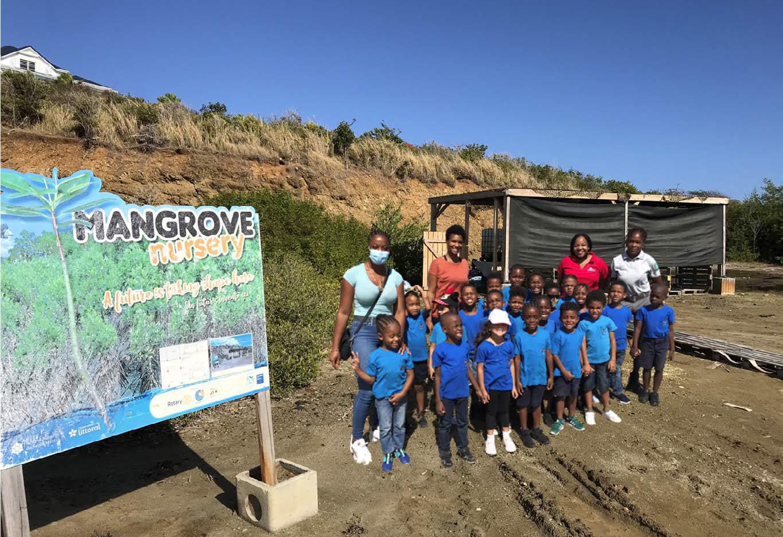 Visite pédagogique d'une classe de maternelle à la pépinière - A nursery school class on a pedagogical visit to a plant nursery