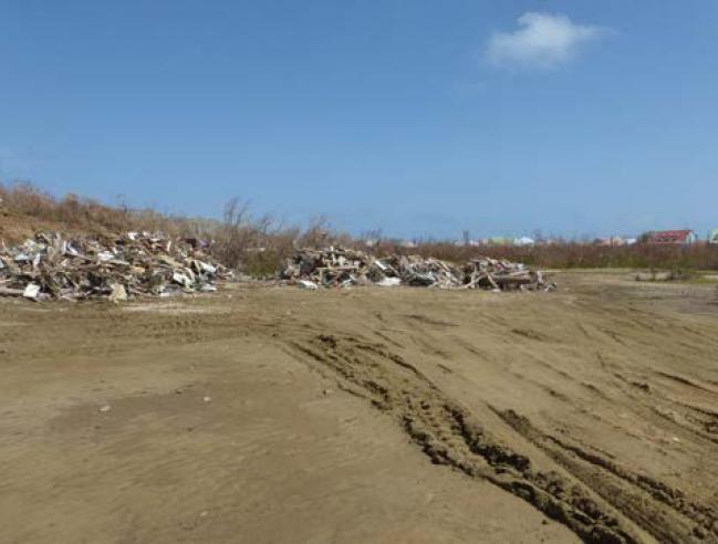 Déchets entreposés dans la Réserve naturelle - Trash piled in the Réserve Naturelle