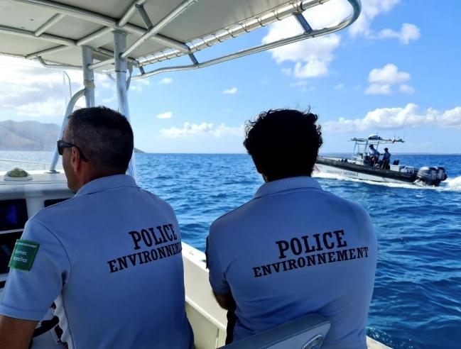 Les gardes assermentés et la brigade nautique de la gendarmerie en mission conjointe The certified guards of La Réserve and the nautical brigade of the gendarmerie on a joint mission