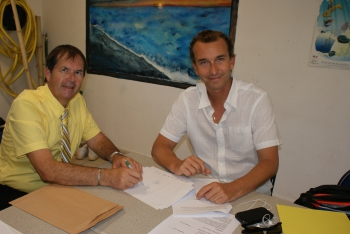 Signing of the agreement between Mr. Arlhac and Romain Renoux © St Martin's Week