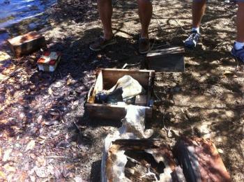 Du matériel de guerre trouvé dans l'étang Rouge | War material found in the Etang Rouge