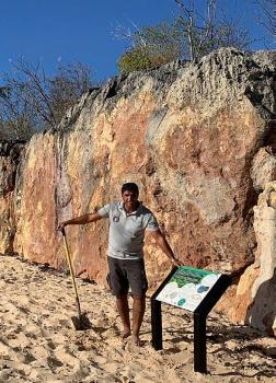 Le panneau installé par les gardes de la Réserve sur la plage de Baie blanche, à Tintamarre - The sign installed by the staff of La Réserve on the beach at Baie Blanche on Tintamarre