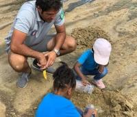 - Plantation de pousses de palétuviers - Planting mangrove shoots